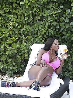 Ebony Bikini Babe Pics